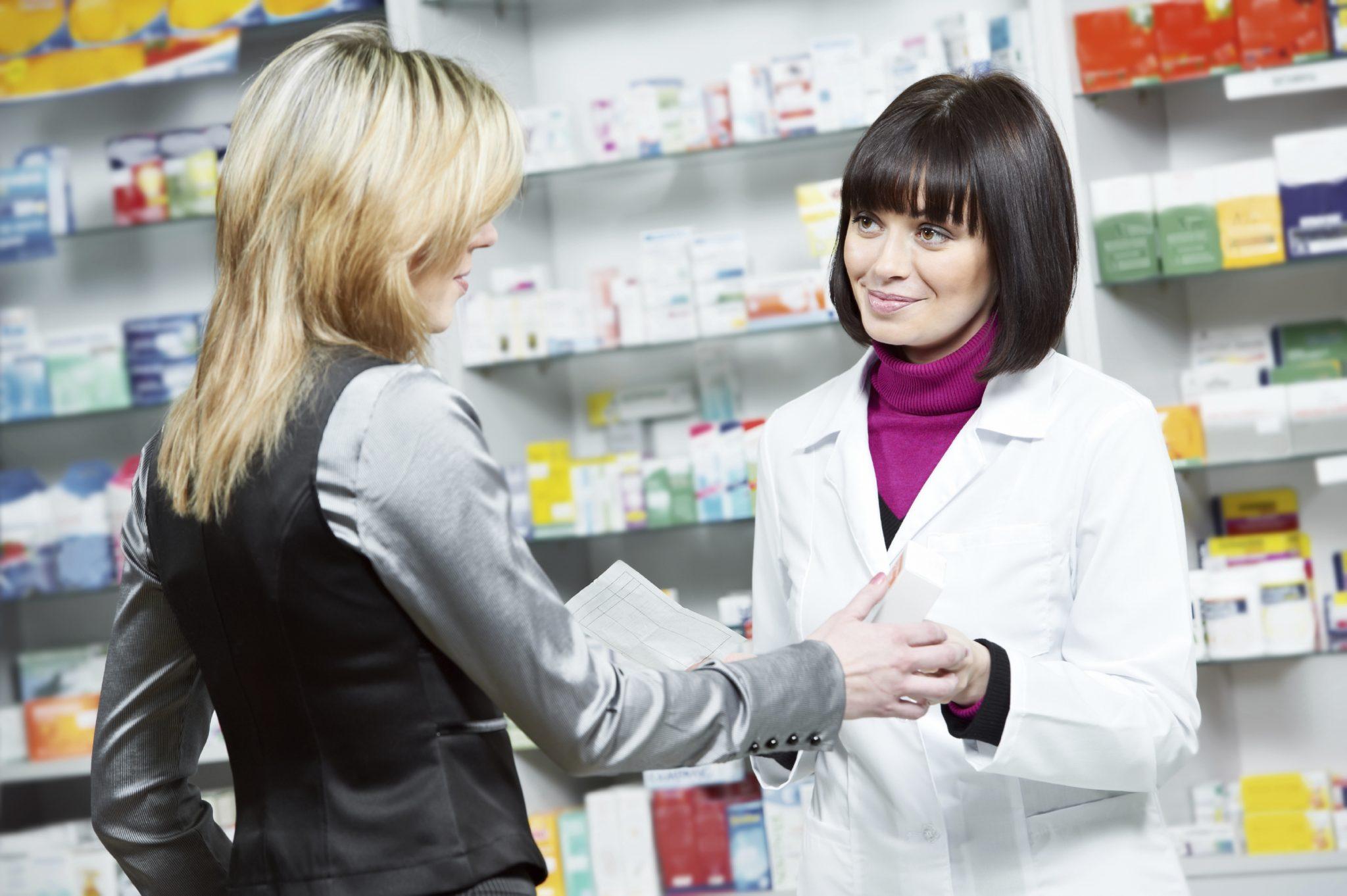 Farmacêutico explicando sobre medicamentos para cliente