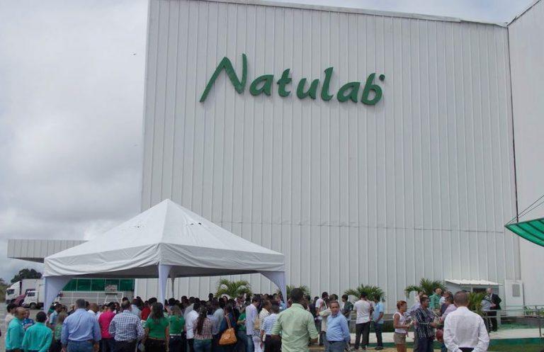 Fachada da fábrica da Natulab em dia de evento