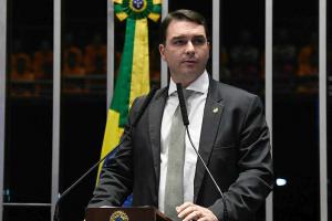 Flávio Bolsonaro volta atrás em projeto de lei