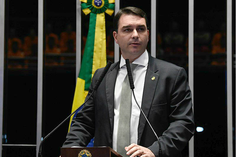 Flávio Bolsonaro desiste de PL que permitia a venda de MIPS fora das farmácias