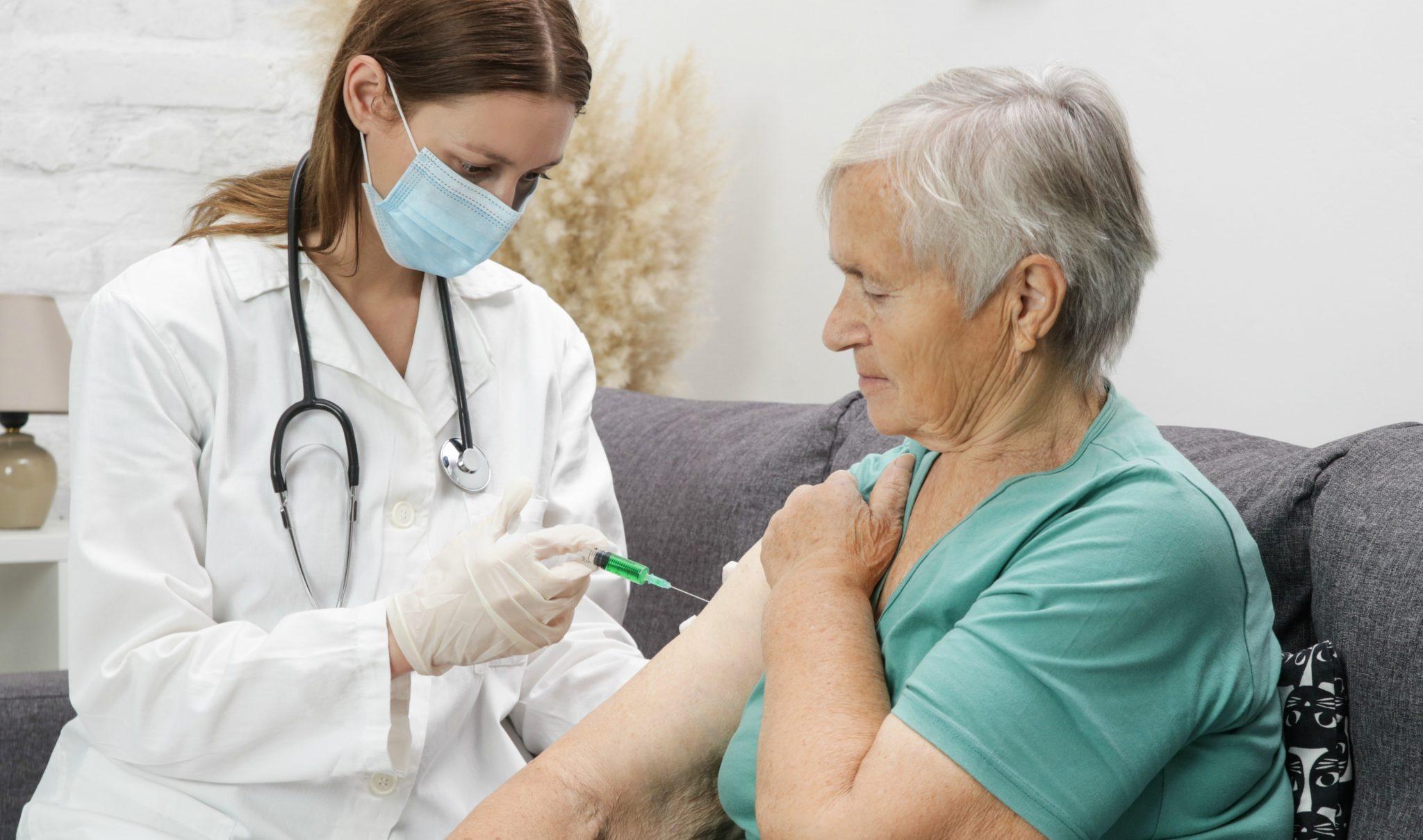 Vacina de Oxford mostra ser imune para idosos em resultados preliminares