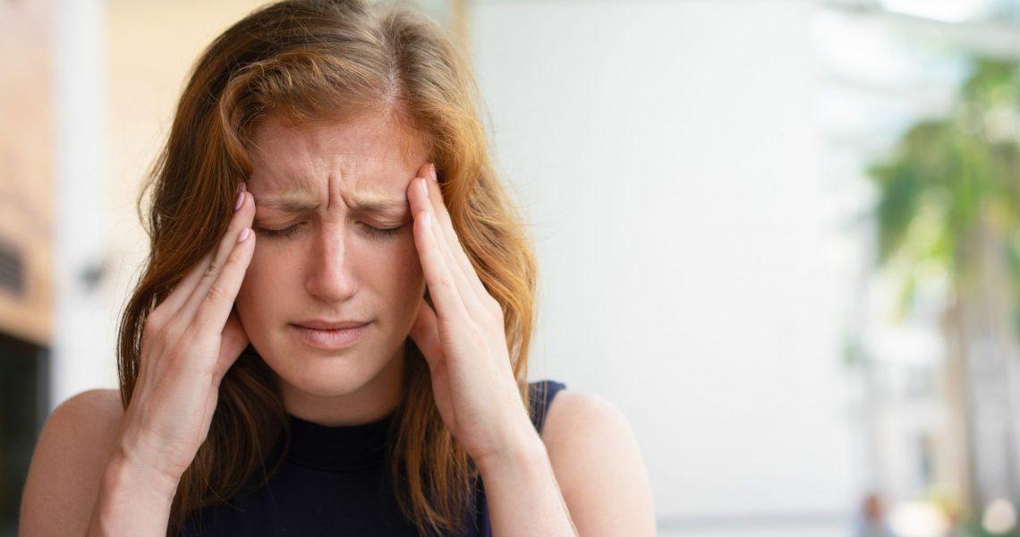Mulher tendo crise de cefaleia