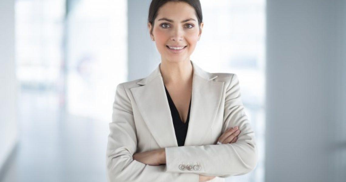 confiante-bonito-negocio-mulher-bracos-cruzado_1262-2992